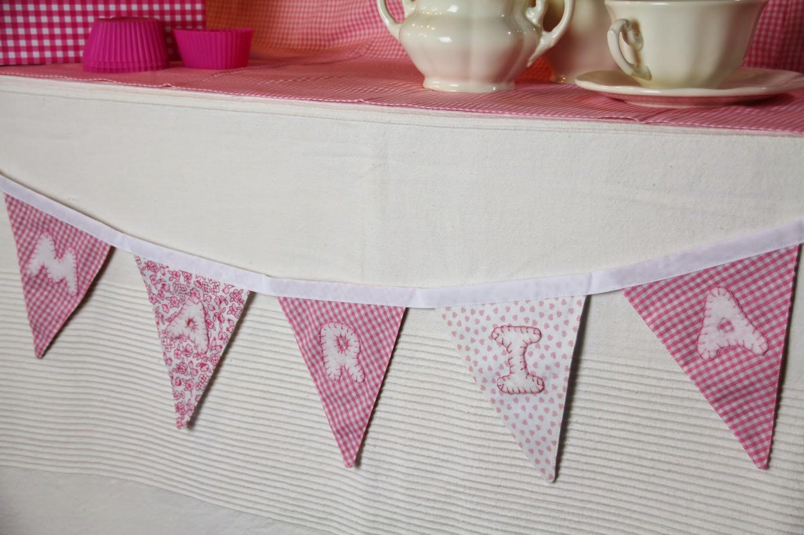 Una guirnalda de banderines para decorar una mesa dulce
