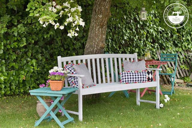 Renueva un rincón de tu terraza o jardín con unos alegres cojines y un poco de pintura