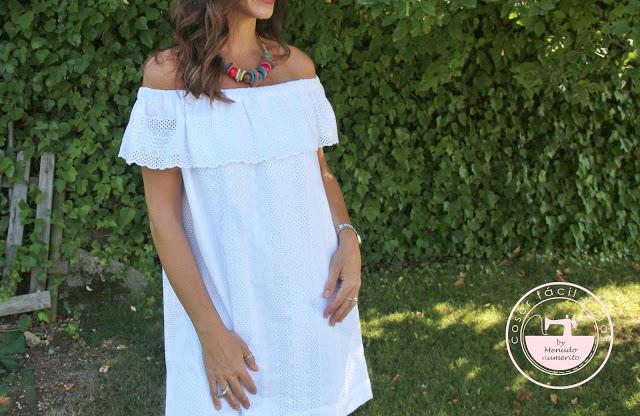 Vestido de verano blanco en tela bordada